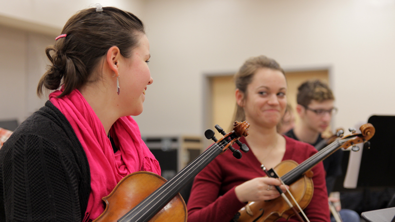 gretchen-joki-and-hanna-zerker-violins